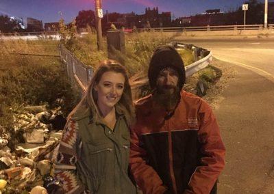 Mendigo doa dinheiro a casal sem gasolina e ganha equivalente a R$200 mil