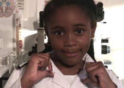 Garota de 7 anos explica neurociência em vídeos na web