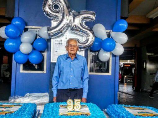 Considerado exemplo, taxista de 95 anos ganha festa surpresa de colegas