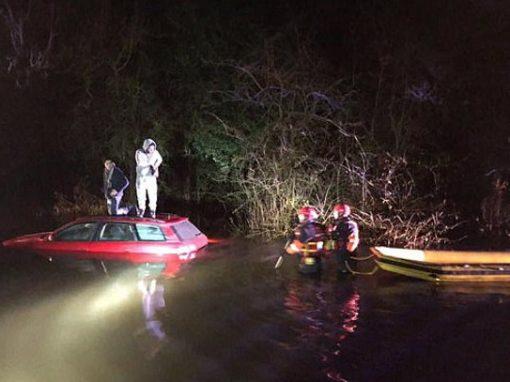 Seguindo GPS, motorista cai em lago e precisa ser salvo por bombeiros