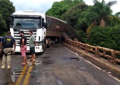 Ao parar para tirar fotos de acidente, motoristas causam outro