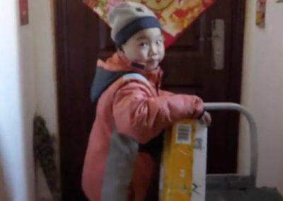 Menino de 7 anos que trabalha como entregador comove internet