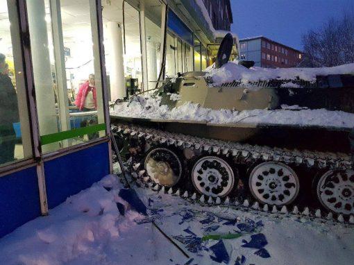 Homem rouba tanque de guerra, bate em carro e invade loja para roubar garrafa de vinho