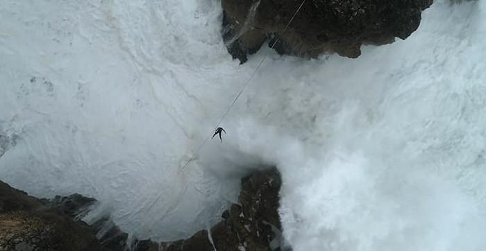 Drone flagra travessia de brasileiro em corda bamba sobre penhasco