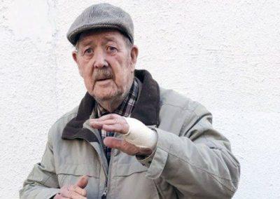 Idoso de 88 anos usa karatê para se livrar de cinco assaltantes com facas