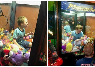 Garoto entra em máquina para tentar pegar brinquedo e fica preso nela