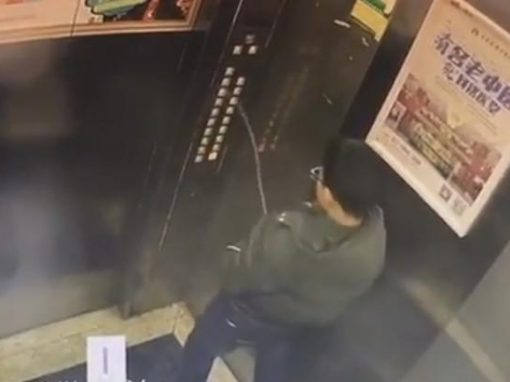 Garoto fica preso após urinar em painel de controle do elevador
