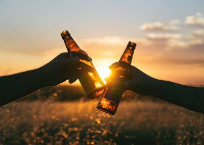 Beber cerveja e café com moderação pode prolongar vida, diz estudo