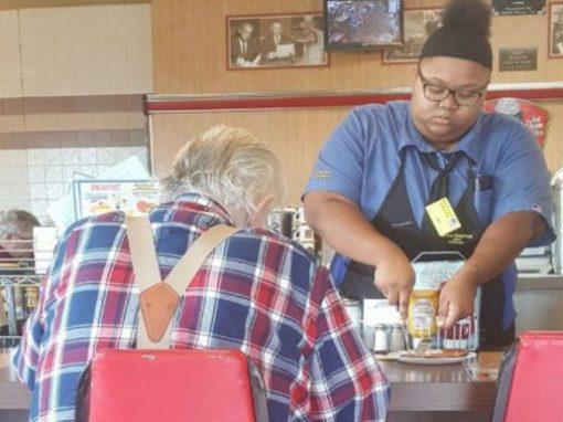 Garçonete ganha bolsa de estudos em universidade depois de ajudar idoso