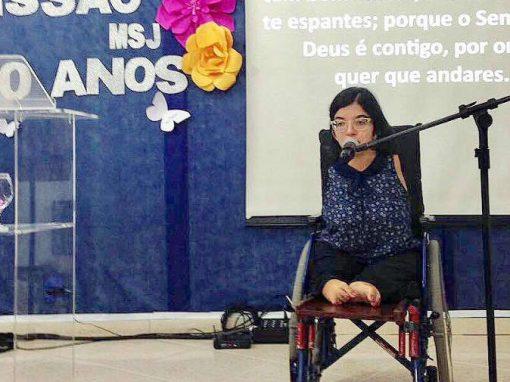 Jovem com deficiência conquista Brasil com palestras motivacionais