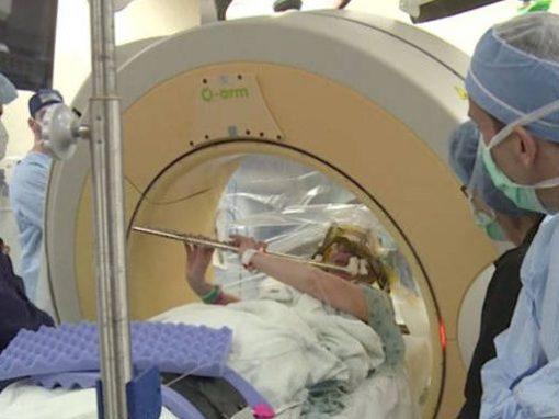 Musicista toca flauta para médicos durante a própria cirurgia cerebral