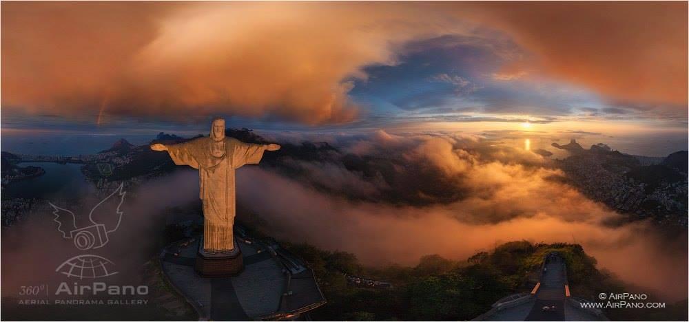 Cristo Redentor, no Rio de Janeiro, em panorama a partir de drone.