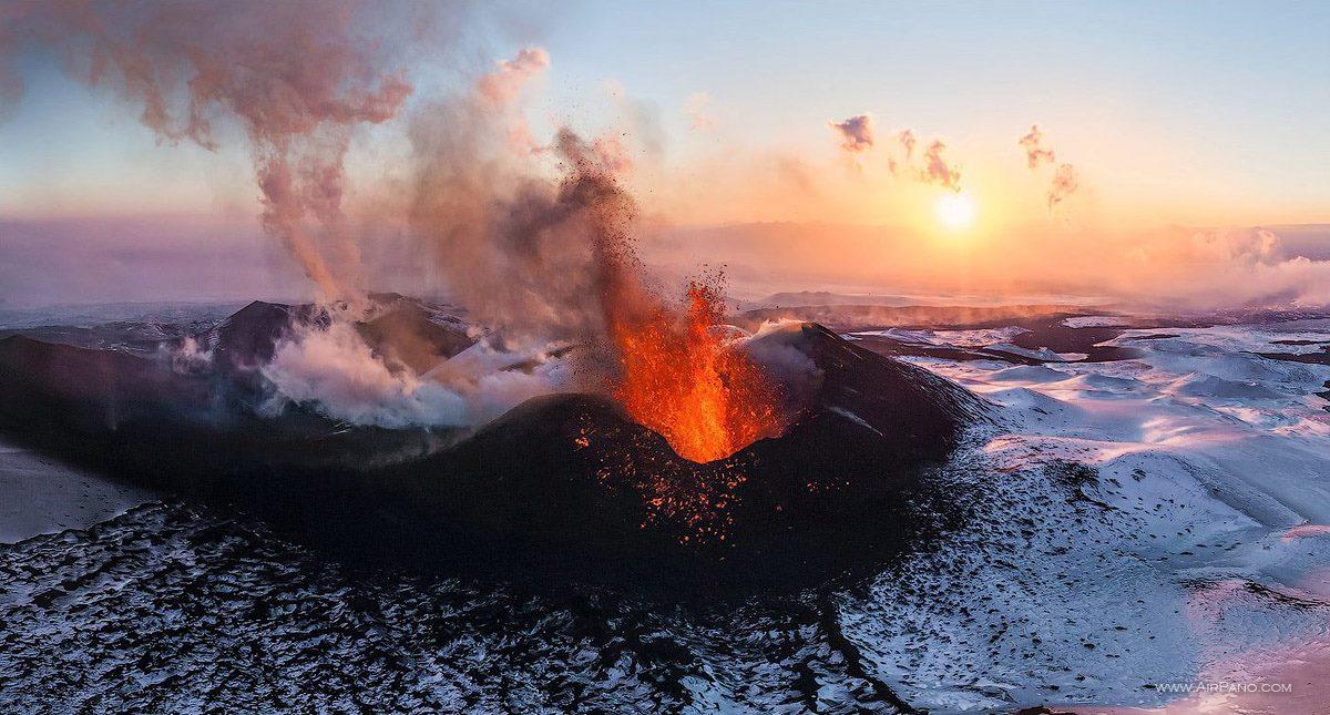Vulcão Ploskiy Tolbachik, no momento de erupção, na Rússia.