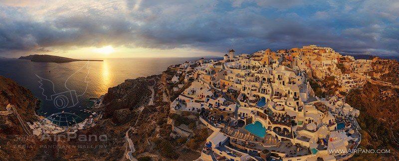 Pôr do sol na Grécia. No site AirPano, há opções da mesma ilha também ao amanhecer e à noite.
