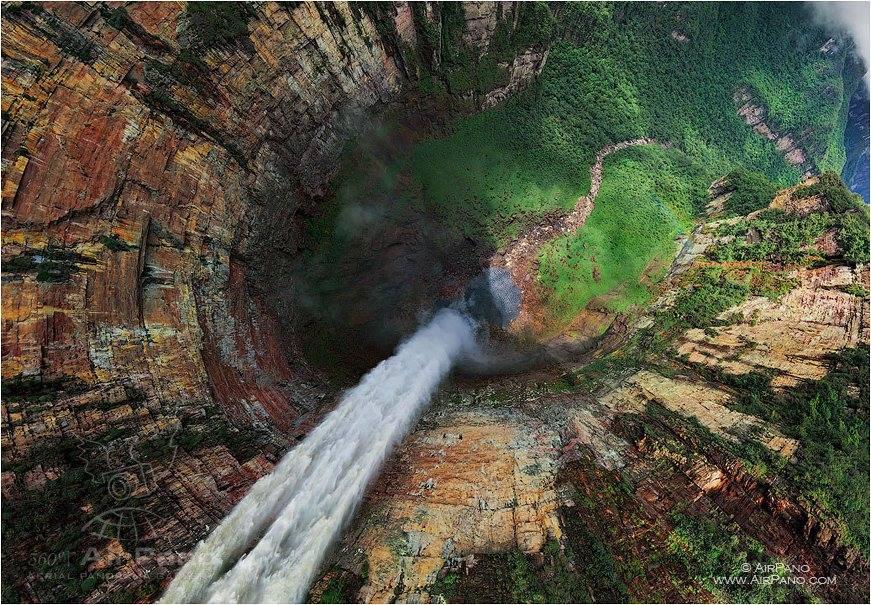 """Cachoeira do Dragão (Churun-meru), na Venezuela, com a proposta de """"visão da águia"""", clicada numa lente olho de peixe."""