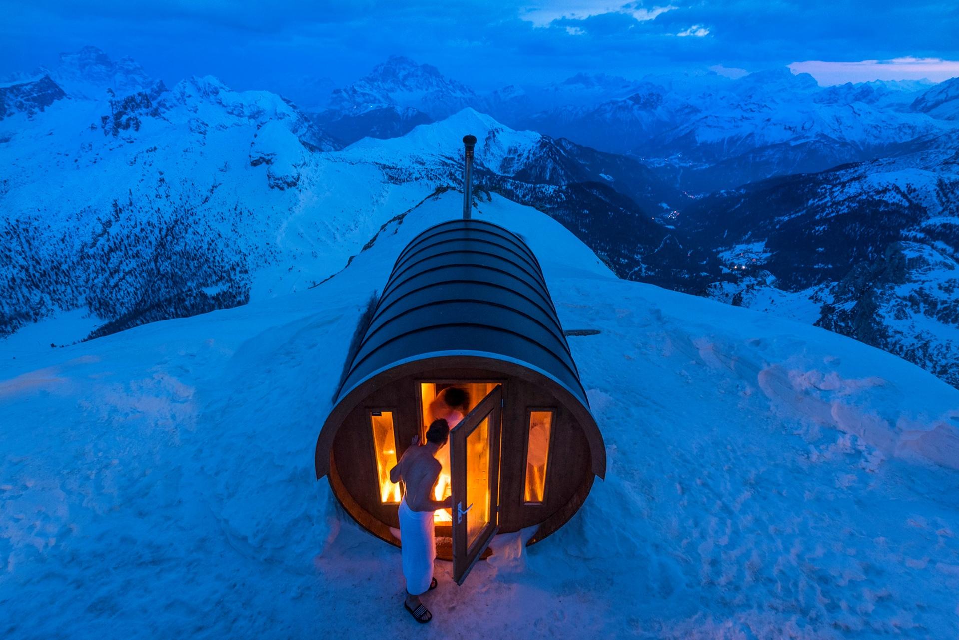 """""""Sauna a 2,8 mil metros, em Dolomites, no Monte Lagazuoi, em Cortina, Alpes Italianos"""", por Stefano Zardini"""