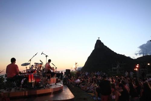 Natiruts - Um dos shows com mais impressionante fotografia, a banda se apresenta no Mirante de Dona Marta, no Rio de Janeiro, entre o fim de tarde e início de noite