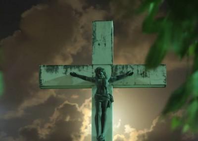 E não há mais referência ou exclusividade à denominação religiosa permitida a ser enterrada no local.
