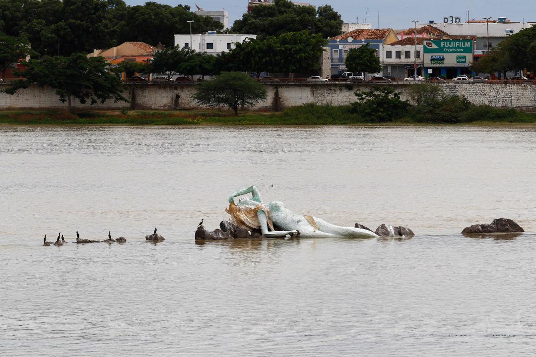 Alvo de pastores, estátua de Iemanjá em Petrolina deve permanecer no Rio São Francisco