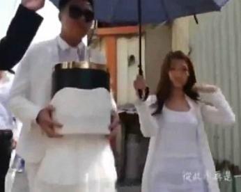 Homem casa com cinzas de namorada morta em urna vestida de noiva
