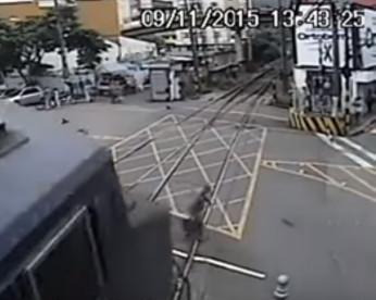 Vídeo mostra idoso atravessando linha férrea sem ver trem que quase o atropela