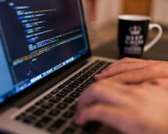 Homem faz programas para automatizar trabalho, fazer café e até escrever desculpas para a esposa
