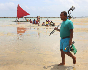 Engenheiro fez dinheiro caçando joias no mar, em Ipojuca