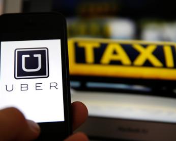 Mulher dá à luz no banco de trás de táxi e batiza filho de Uber