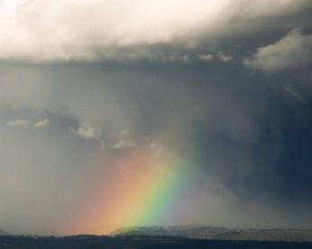 Homem filma nascimento de arco-íris e tempestades de relâmpagos em qualidade ultra-HD