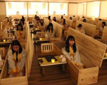 Empresas sul coreanas fecham empregados em caixões para que deem valor à vida