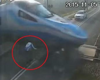 Vídeo flagra ciclista se chocando contra trem em movimento