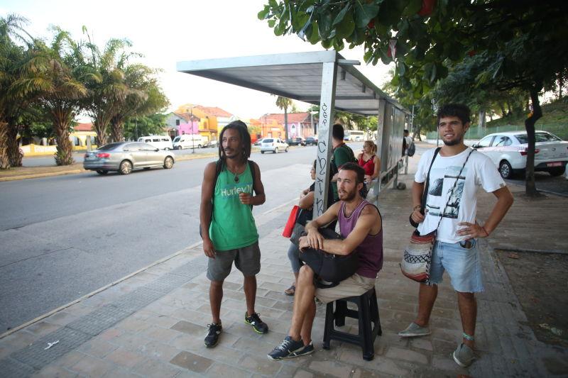 Hermanos esperando o ônibus. Créditos: Hesíodo Góes/DP