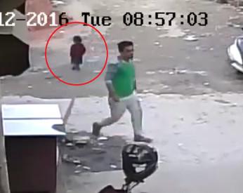 Vídeo flagra momento em que criança de 4 anos cai e escapa de atropelamento