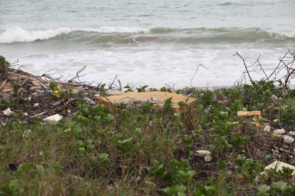 Lixo à beira mar