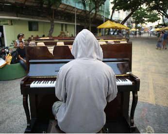 Um piano nas ruas: como a música mudou rotinas no Recife