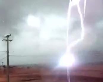 Morador filma raio caindo em Salgueiro e chuvas no sertão seguem por quatro dias