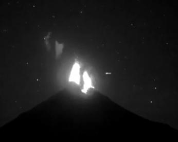 Ufólogos acreditam que OVNI tenha atravessado vulcão em erupção
