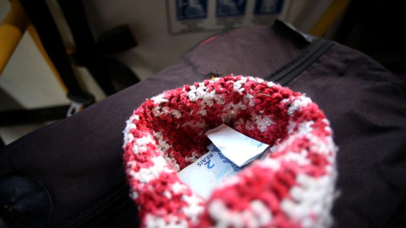 A banda passa um chapéu para receber contribuições dos passageiros. Créditos: Hesíodo Góes/DP