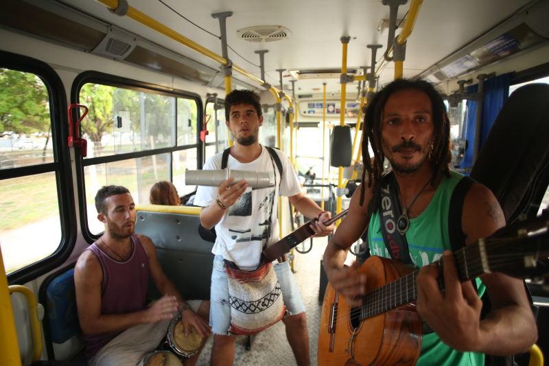 Argentinos fazem apresentação nos ônibus da Região Metropolitana do Recife. Créditos: Hesíodo Góes/DP