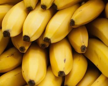 Homem é forçado a comer 48 bananas para expelir corrente de ouro roubada