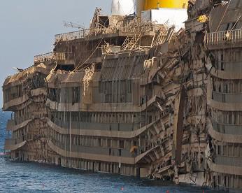Quatro anos após naufrágio, Costa Concordia virou um navio fantasma. Veja fotos
