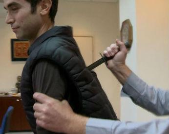 Repórter é esfaqueado na TV em teste de colete antifacadas