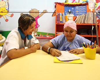 Escola hospitalar: como crianças com câncer investem nos estudos durante tratamento