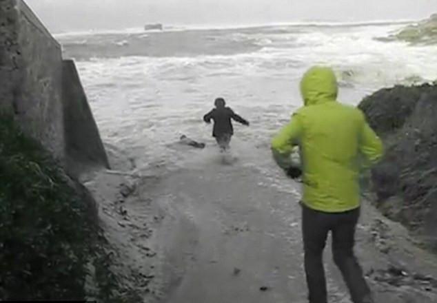 Vídeo dramático mostra idosos arrastados por ondas, na França