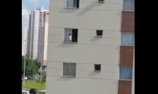 Criança de 1 ano e meio anda em parapeito de prédio, no Distrito Federal