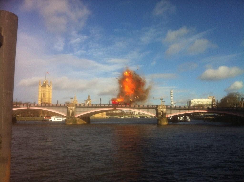 Explosão de ônibus para filme de Jackie Chan cria pânico em Londres
