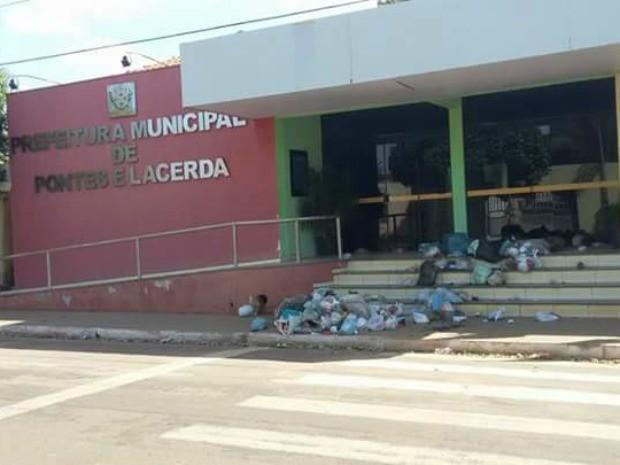 MT: Revoltados por falta de coleta, moradores deixam lixo em prefeitura