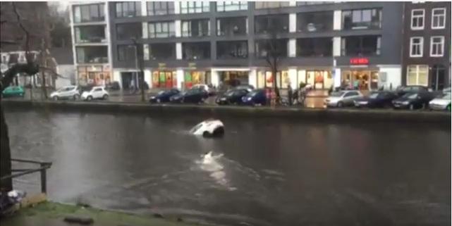 Mãe e filho são salvos após carro cair em canal, em Amsterdã