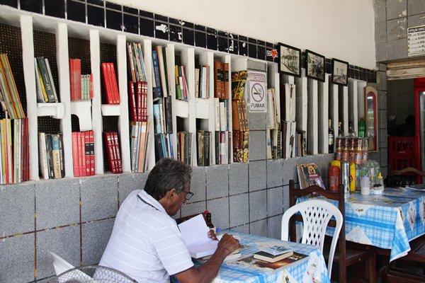 O bar de Jardim São Paulo que oferece a clientes bebida, refeição e livros