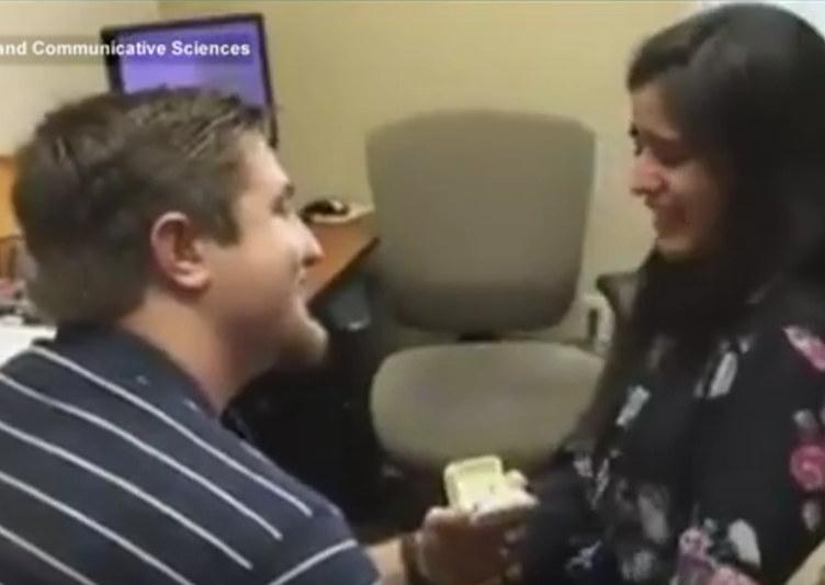 Surda ouve pela primeira vez e é pedida em casamento